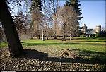 """Venaria Reale. Parco regionale La Mandria. Villa dei laghi. E' inserito nella """"Tenuta dei Laghi"""" già proprietà Bonomi - Bolchini, acquisita dalla Regione Piemonte nel '95, porzione del Parco direttamente confinante con la S.P n.2 per Lanzo a nord e con i campi da golf ad ovest. Il """"Castello dei Laghi"""" è ubicato al centro di tre laghi artificiali (Cristoforo, della Strada e Grande) inseriti in un'ampia macchia boschiva.Reposoir di caccia di Vittorio Emanuele II, si presenta come una struttura riecheggiante, in minimale, quella dei castelli francesi, con una particolare forma ad """"Y"""" con il fronte parzialmente occluso alla vista da un basso fabbricato adibito a guardiania. Alla costruzione fa da sfondo e contorno un ambiente paesaggistico rimodellato e riprogettato in funzione della villa stessa: laghi artificiali, prati all'inglese, zone boschive """"disegnate"""".La costruzione adibita a guardiania è in parte adibita a civile abitazione ed in parte a magazzino, piccolo laboratorio e deposito. La villa è invece disabitata. Se ne prevede un completo recupero come relais chateaux e luogo di rappresentanza regionale, mentre già attualmente gli esterni ospitano eventi culturali. E' meta di visite guidate, su prenotazione."""
