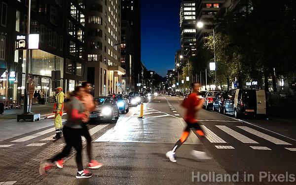 Nederland Amsterdam. De jaarlijkse Zuidas Run tussen de kantoren aan de Zuidas. De run wordt voor het eerst 's avonds gelopen.   Foto Berlinda van Dam / Hollandse Hoogte