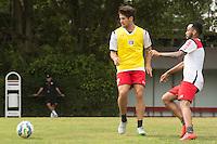 SÃO PAULO, SP, 18.08.2015 - FUTEBOL-SÃO PAULO -  Alexandre Pato e Wesley durante treino do São Paulo Futebol  no Centro de Treinamento da Barra Funda, na manhã desta terça-feira (18). (Foto: Adriana Spaca/Brazil Photo Press)