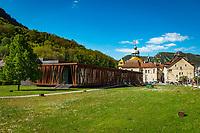 Frankreich, Bourgogne-Franche-Comté, Département Jura, Salins-les-Bains: Stadt im Tal der Furieuse, die frueher von der Salzgewinnung lebte und heute einen sanften Tourismus foerdert und ein eigenes Sole Thermalbad hat. Die Grosse Saline von Salins-les-Bains wurde 2009 von der UNESCO zum Weltkulturerbe ernannt. Im Vordergrund das Casino de Salins-les-Bains, dahinter die Kapelle Notre-Dame Libératrice | France, Bourgogne-Franche-Comté, Département Jura, Salins-les-Bains: hot spring resort with termal bath in Furieuse Valley. La Grande Saline - a museum of salt - is a UNESCO World Heritage Site since 2009. In foreground the Casino of Salins-les-Bains and behind Chapel Notre-Dame Libératrice