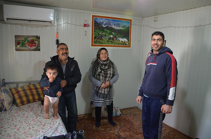 Über 60.000 Flüchtlinge und Migranten sitzen in Griechenland fest. Viele leben unter unmenschlichen Bedingungen. Auch Latif möchte mit seiner Familie weiter nach Deutschland reisen.
