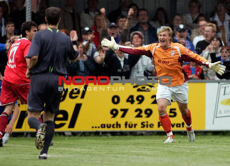 RLN 2006/2007 - 35.Spieltag RŁckrunde <br /> <br /> Kickers Emden - FC Rot-WeiŖ Erfurt<br /> <br /> Erfurts Keeper Michael Ratajczak (r.)<br /> <br /> <br /> <br /> Foto &copy; nordphoto *** Local Caption *** Foto ist honorarpflichtig! zzgl. gesetzl. MwSt.<br /> <br /> <br /> <br /> Belegexemplar erforderlich