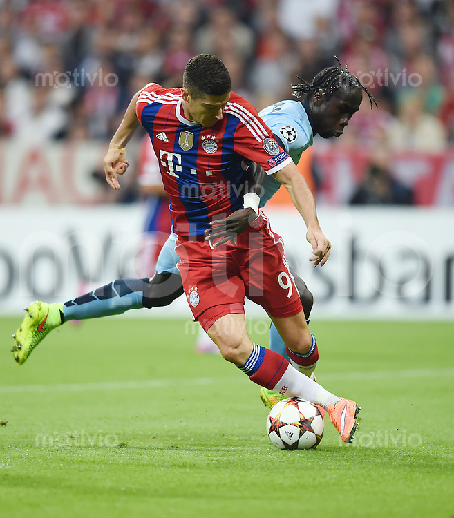 FUSSBALL   CHAMPIONS LEAGUE   SAISON 2014/2015   Vorrunde FC Bayern Muenchen - Manchester City       17.09.2014 Robert Lewandowski (FC Bayern Muenchen) gegen Bacary Sagna (Manchester City)