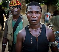 Anti-Balaka-Kämpfer posieren in Bangui, Zentralafrikanische Republik in ihrem Camp wenige Hundert Meter vom Flughafen entfernt. Dort sind die internationalen Soldaten stationiert.