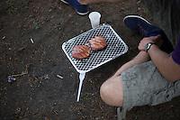 Berlin, Ein Mann grillt am Donnerstag (09.05.13) im Mauerpark in Berlin. Foto: Timur Emek/CommonLens