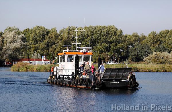 Tijdelijke pont over de maas, bij wegwerkzaamheden aan de brug in Roermond