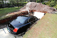 """SÃO PAULO, SP, 20.09.2013: DOAÇÃO DE ÓRGÃO/CAMPANHA - Lançamento da Semana Nacional de Doação de Órgãos, de 23 a 29 de setembro. O carro de luxo Bentley, do empresário Chiquinho Scarpa, foi colocado em cova aberta em sua mansão para anunciar o slogan da campanha: """"Absurdo é enterrar algo muito mais valioso do que um Bentley: seus órgãos"""". (Foto: Vanessa Carvalho/Brazil Photo Press)."""