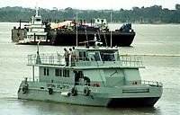Com um grande esquema de segurança para impedir a aproximação de barcos , a capitania dos portos mantêm várias lanchas no local do acidente com a balsa Miss Rondônia.<br />26/02/2000.<br />Foto: Paulo Santos/Interfoto