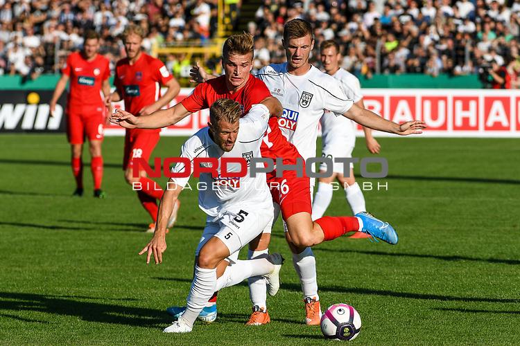10.08.2019, Donaustadion, Ulm, GER, DFB Pokal, SSV Ulm 1846 Fussball vs 1. FC Heidenheim, <br /> DFL REGULATIONS PROHIBIT ANY USE OF PHOTOGRAPHS AS IMAGE SEQUENCES AND/OR QUASI-VIDEO, <br /> im Bild Johannes Reichert (Ulm, #5), David Otto (Heidenheim, #26), Thomas Geyer (Ulm, #6)<br /> <br /> Foto © nordphoto / Hafner
