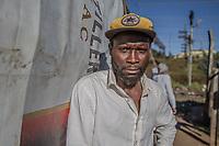 Der illegale Goldgräber Joe H., 42, im südafrikanischen Slum New Canada, Johannesburg. Er wohnt hier.