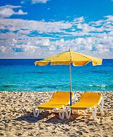 Spanien, Kanarische Inseln, Fuerteventura, Corralejo: 2 Liegen, ein Sonnenschirm am Strand   Spain, Canary Island, Fuerteventura, Corralejo: 2 deckchairs, one parasol, beach