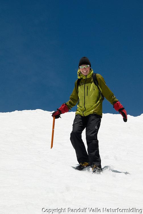 Jente på vei ned snøbakke ----- Girl decending snow slope