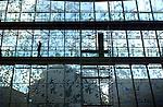 ALPHEN A/D RIJN - In Alpen a/d Rijn wordt de laatste hand gelegd aan de bouw van het nieuwe stadhuis. Het gemeentehuis kent nergens rechte gevels, heeft een opmerkelijk eivormig dak van zink en glas, en een glazen gevel waarin kunstzinnige prints van takken en bladeren zichtbaar zijn. Het door HBG gebouwde complex krijgt een energiezuinige klimaatgevel en is opgebouwd uit maar liefst één miljoen kilo staal. Door de ingewikkelde bouw en brandstichting begin dit jaar, is de opening vertraagd tot half november. 20010820 COPYRIGHT TON BORSBOOM