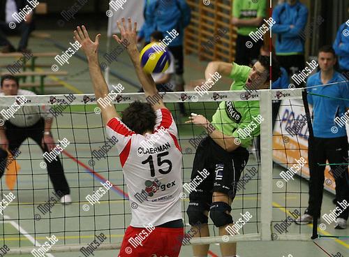 2010-03-20 / Volleybal / seizoen 2009-2010 / Puurs - Menen / Claerman (Puurs) probeert de aanval van Coucke te counteren..Foto: Mpics