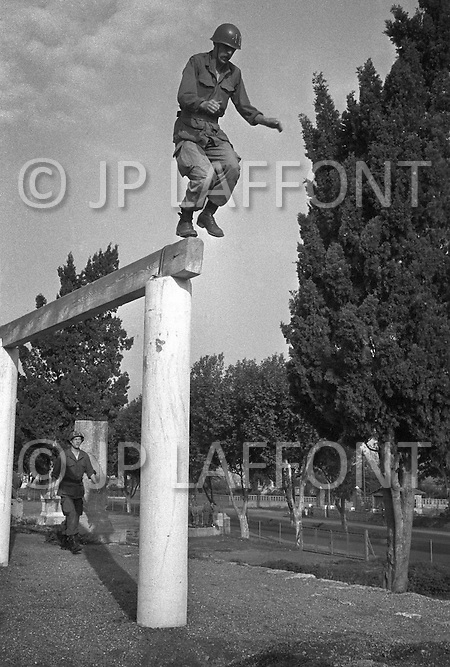 Ecole Militaire d'Infanterie de Cherchell, Algérie, October 1960. EOR (Officer students) during a training in obstacle course.