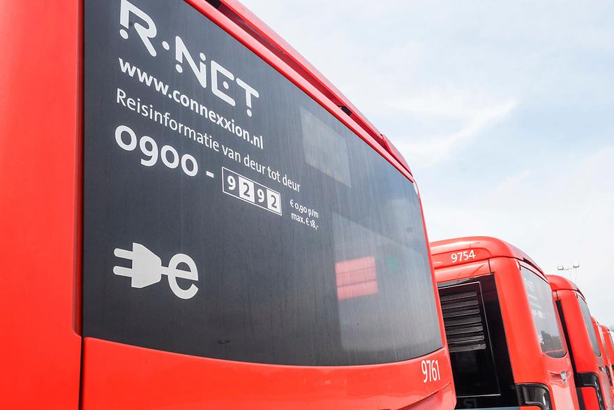 Nederland, Amstelveen, 20180413<br /> Symbool op de electrische bussen van Connexxion. De bussen, die een actieradius van 80 km hebben, worden   in 20 minuten weer geheel opgeladen. <br /> Behalve een gewoon rempedaal kan de bus ook electrisch remmen en wordt daarmee de accu weer geladen.<br /> Connexxion heeft nu 100 bussen en is daarmee de grootste vervoerder met electrische bussen van Europa. Er komen en binnen een jaar nog 150 bij. <br /> <br /> Foto: (c) Michiel Wijnbergh