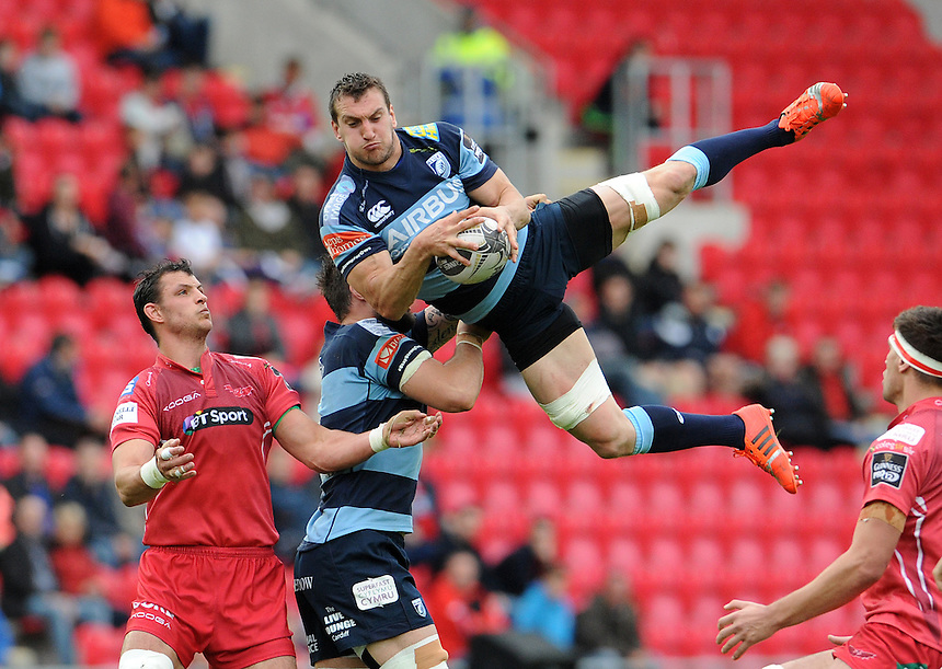 Cardiff Blues' Sam Warburton catches the high ball<br /> <br /> Photographer Ian Cook/CameraSport<br /> <br /> Rugby Union - Guinness PRO12 - Scarlets v Cardiff Blues - Sunday 10th May 2015 - Parc y Scarlets - Llanelli<br /> <br /> &copy; CameraSport - 43 Linden Ave. Countesthorpe. Leicester. England. LE8 5PG - Tel: +44 (0) 116 277 4147 - admin@camerasport.com - www.camerasport.com