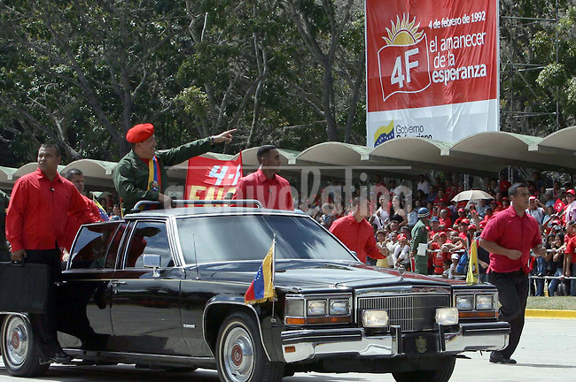 El Presidente de Venezuela Hugo Chavez saluda durante un desfile militar en Fuerte Tiuna de Caracas.*Venezuelan President Hugo Chavez waes from his car during a military parade in Tiuna Fort, the main Army unit of Caracas