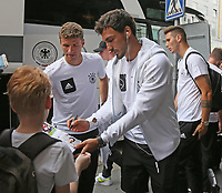 Bayern-Spieler Thomas Müller, Mats Hummels und Niklas Süle (Deutschland Germany) geben bei der Teamankunft Autogramme - *cs*31.08.2017: Teamankunft Deutschland in Prag, Marriott Hotel