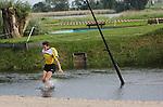 Foto: VidiPhoto<br /> <br /> JAARSVELD - Met uiterste krachtsinspanning probeert de 18-jarige Auke de Wit uit het Utrechtse Jaarsveld donderdag het 8 meter brede oefenwater van zijn polsstokverspringvereniging te overbruggen en zo ver mogelijk te landen. Polsstokverspringen is veel oefenen en risico nemen, dus haalt hij regelmatig een nat pak. Belangrijk voor een goede sprong is volgens hem lichaamsbouw en snelheid. De 'Friese' sport mag zich in een toenemende belangstelling verheugen. Hoewel er op dit moment nog maar zes clubs buiten Friesland en Groningen zijn -en dan alleen nog maar in Utrecht en Zuid-Holland- groeien ze wel en doen de springers niet onder voor hun concurrenten uit het Noorden. Zowel de records van de dames, junioren als senioren komen uit de provincie Utrecht en Zuid-Holland. Leden van de twee Nederlandse sportbonden -Polsstokbond Holland (PBH) en Frysk Ljeppers Boun (FLB) strijden zowel individueel als in clubverband tegen elkaar. De polsstok wordt al zo'n duizend jaar door boeren gebruikt om in waterrijke gebieden over sloten te springen.