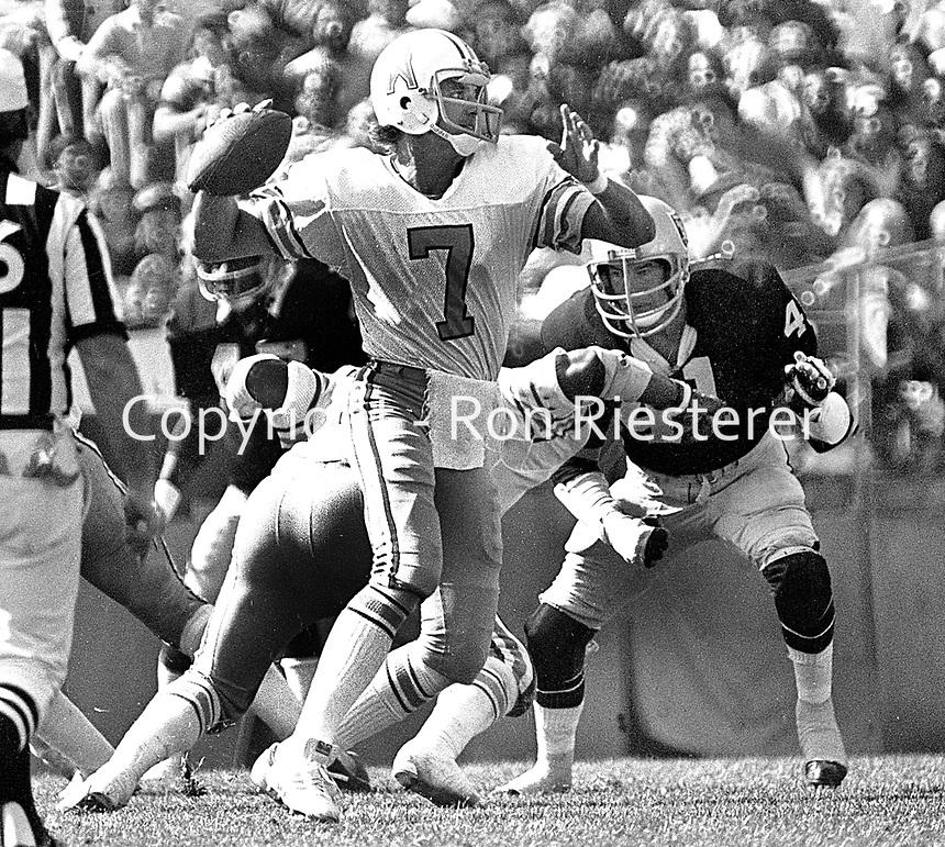 Raiders vs. Houston Oilers, quarterback Dan Pastorini ready the throw, Raider linebacker Phil Villapiano. (1977photo/RonRiesterer)