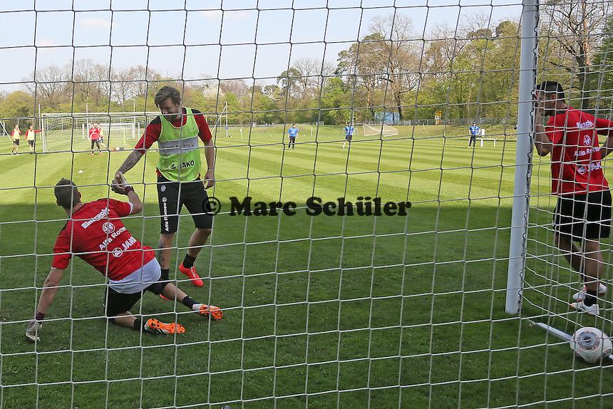 Marco Russ hilft Kevin Trapp nach dem Gewaltschuss ins Tor auf - Eintracht Frankfurt Training