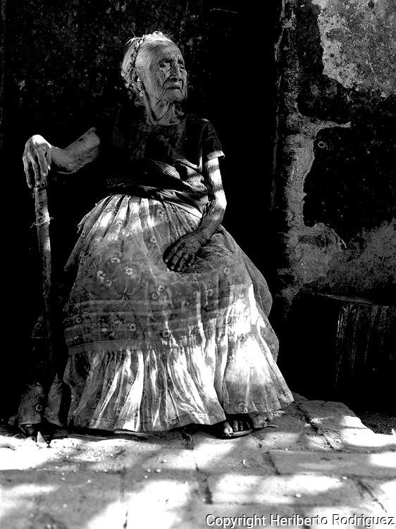 Mexico (15/06/1986): Na Chabe Lon, a Zapoteca elderly woman poses for a photograph in her house in Juchitan, in southern state of Oaxaca on June 1986. Na Chabe Lon was 106 years old in that date. Photo by Heriberto Rodriguez. / Mexico  (15/06/1986):Na Chabe Lon, una indigena zapoteca de Juchitan en el Istmo de Tehuantepec, posa en su casa a la edad de 106 anos...© Heriberto Rodriguez..NO ARCHIVO-NO ARCHIVE-ARCHIVIERUNG VERBOTEN!
