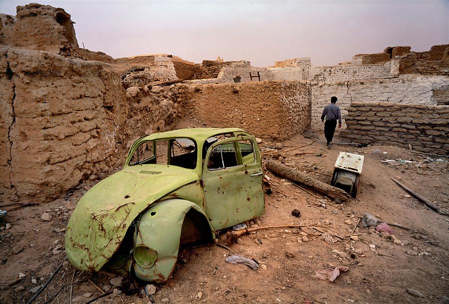2000..Libya. Ghadames. Car wreck in the abandoned ruins of the old town...Libye. Ghadamès. Carcasse de voiture dans les ruines abandonnées de la vieille ville.