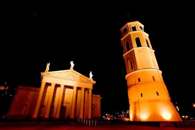 la Cathedrale St Casimir(saint patron de la Lituanie) et son beffroi.A l'Èpoque soviÈtique,un musÈe de peinture occupait la cathÈdrale.Symbole du renouveau national,elle sera la premiËre Èglise reconsacrÈe,le 5 fÈvrier 1989.Le beffroi de 52 qui se dresse devant l'Èdifice sur la droite faisait ? l'origine partie des remparts du chateau infÈrieur.
