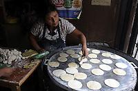 """GUA03. CIUDAD DE GUATEMALA (GUATEMALA), 02/03/2011.- Una mujer prepara tortillas hoy, miércoles 2 de marzo de 2011, en Ciudad de Guatemala (Guatemala). El gobierno guatemalteco se ha propuesto declarar el próximo 21 de marzo como el """"Día Nacional de la Tortilla"""", un producto elaborado de maíz que forma parte de la dieta alimenticia del guatemalteco. EFE/Sandra Sebastián"""