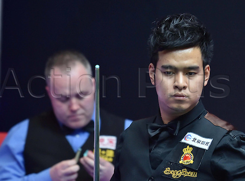 01.04.2016. Beijing, China.  Noppon Saengkham (R) of Thailand prepares to take a shot during the match against John Higgins of Scotland at the 2016 World Snooker China Open in Beijing, China, April 1, 2016.
