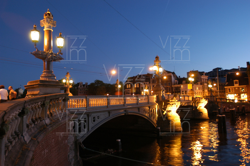AMSTERDAM-HOLANDA- Puente sobre uno de los canales de la ciudad./  Bridge over the waterways in the downtown.  Photo: VizzorImage/STR