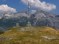 Confine tra Italia e Svizzera sul passo dello Spluga.<br /> Border between Italy and Switzerland on the Spl&uuml;gen pass.