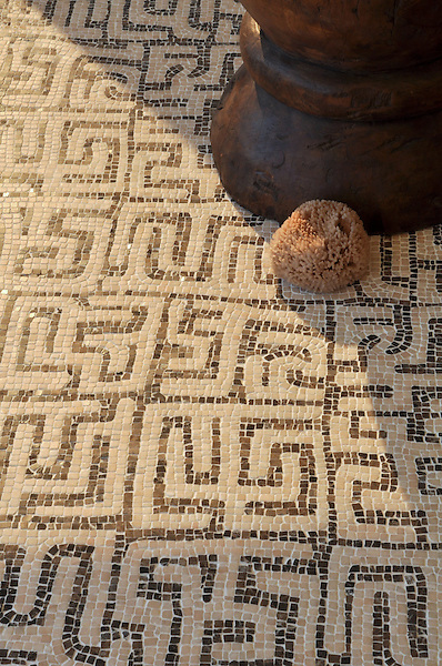 Kuba, a hand chopped tumbled natural stone mosaic, is shown in hand chopped tumbled Rosa Portagallo and Emperador Dark.