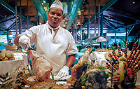 Dominikanische Republik, Punta Cana, Bavaro Palace Hotel, Koch steht am Buffet | Dominican Republic, Punta Cana, Bavaro Palace Hotel, chef standing behind the buffet