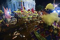 RIO DE JANEIRO, 20 DE FEVEREIRO DE 2012 - Carnaval de Rua/RJ - Diferente do final de semana, a presença de policias era visivelmente maior no centro do Rio de Janeiro. Mesmo assim, brigas entre grupos clóvis e assaltos contiam acontecendo. (Foto de Mauro Pimentel/Brazil Photo Press)