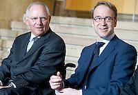 Berlin, Dienstag (07.05.13), Bundesfinanzminister Wolfgang Schäuble (CDU, l.) und der Präsident der Deutschen Bundesbank, Jens Weidmann, sitzen bei der Feierstunde zu 25 Jahre Deutsch-Französischer Finanz- und Wirtschaftsrat nebeneinander. Foto: Michael Gottschalk/CommonLens