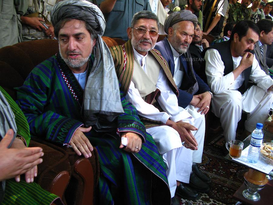 AFGHANISTAN - PROVINCE DE SAMANGAN - AYBAK - 5/08/2009 : Rassemblement de population, en majorite Ouzbek, venue ecouter et soutenir le Dr. Abdullah Abdullah, candidat aux elections presidentielles afghanes de 2009. .Dr. Abdullah Abdullah, coiffe d'un turban traditionnel, le loungui, et vetu du Tchapan (manteau traditionnel afghan), entoure des notables de la ville. ..AFGHANISTAN - SAMANGAN PROVINCE - AYBAK - 5/08/2009 : At a rally where mostly ethnic Uzbeks have gathered in support of Dr. Abdullah Abdullah, candidate in the 2009 Afghan presidential elections..Wearing a traditional Afghan turban, or loungui, and jacket, called a Tchapan, Dr. Abdullah Abdullah sits surrounded by city dignitaries.
