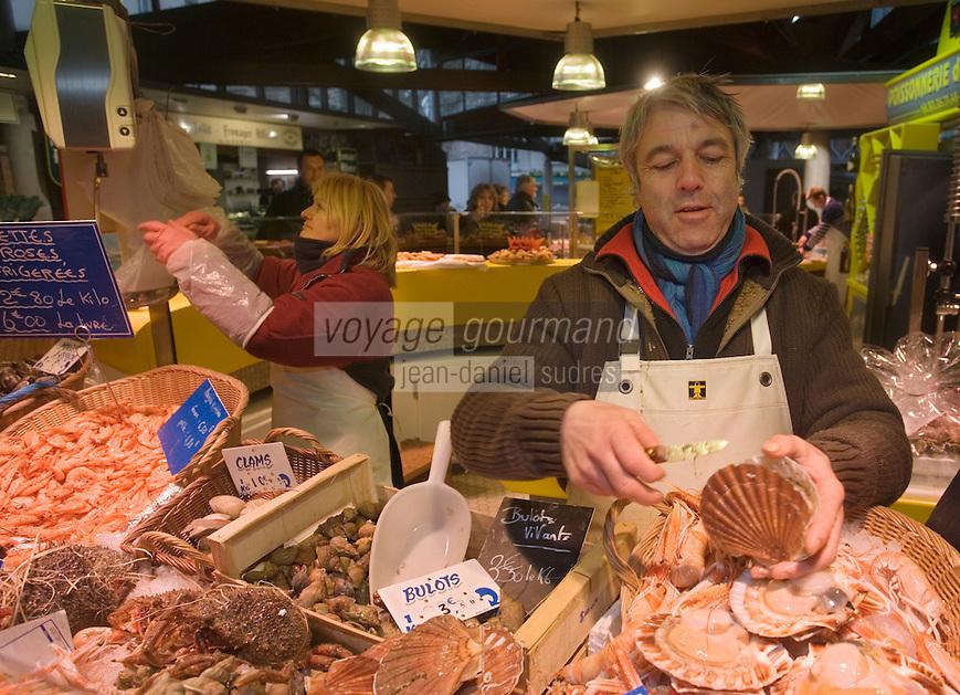"""Europe/France/Haute-Normandie/76/Seine-Maritime/Rouen: Dominique Plachot poissonnier devant son étal de la """"Poissonnerie des Halles"""""""