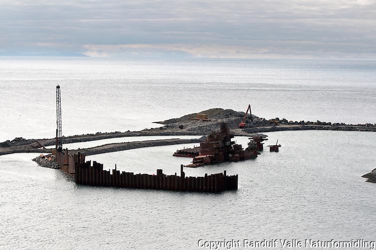 Vraket av den russiske krysseren Murmansk utenfor Sørvær på Sørøya. ---- The russian war ship Murmansk outside Sørvær on Sørøya.