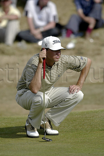 July 19, 2003: DAVIS LOVE III (USA) crouches on the green to line up his putt, The Open Championship, Royal St George's Golf Club Photo: Neil Tingle/Action Plus...British 2003 golf golfer golfers 030719 greens putting putts