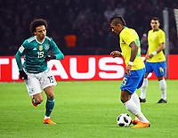 Leroy Sane (Deutschland Germany) gegen Paulinho (Brasilien Brasilia) - 27.03.2018: Deutschland vs. Brasilien, Olympiastadion Berlin