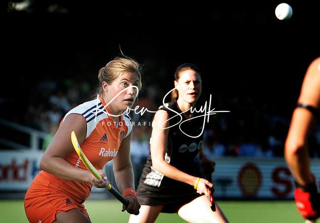 AMSTELVEEN - Kim Lammers volgt de bal geconcentreerd, dinsdag tijdens de wedstrijd Nederland-Nieuw Zeeland om de Rabo Champions Trophy 2006 in Amstelveen. ANP PHOTO KOEN SUYK