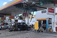 Paulista (PE), 15/02/2020 - Acidente-Recife - O cilindro de gas de um carro explodiu em um posto de combustivel na rodovia PE-15, em Paulista, no Grande Recife, na manha deste sabado (15). O automovel ficou completamente destruido, e o teto do estabelecimento tambem ficou danificado por causa da explosao. Apesar da gravidade da explosao, segundo os bombeiros, o proprietario do veiculo sofreu leves escoriacoes. (Foto: Bruno Lafaiete/Codigo 19/Codigo 19)