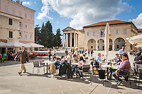 Croatia, Istria, Pula: restaurants, the Temple of Augustus and the municipal palace at Forum square | Kroatien, Istrien, Pula: Restaurants, der Augustustempel und der Kommunal-Palast auf dem Forum-Platz