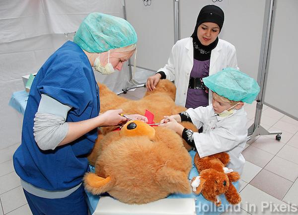 AMC Amsterdam.Tijdens TeddyBear Hospital mogen kinderen met hun knuffel naar het ziekenhuis komen
