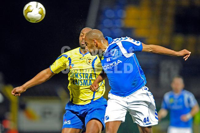 LEEUWARDEN - Voetbal, SC Cambuur - AGOVV, Cambuur stadion, seizoen 2011-2012, 12-03-2012  AGOVV Apeldoorn speler  Stanely Tailor (r) wint kopduel van SC Cambuur speler Mark de Vries.