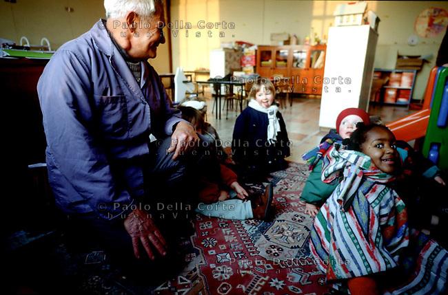 Geel-Belgio Peter vive in famiglia e si occupa di andare a prendere i bambini a scuola e accompagnarli a casa.
