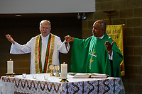 USA Chicago, South Side, afroamerican parish of St. Elizabeth Church, founded in 1881 is the oldest African American Catholic Institution in the Archdiocese of Chicago, sunday holy mass / afroamerikanische Gemeinde der katholischen Kirche St. Elizabeth, heilige Messe, rechts SVD Priester Chester Smith, links SVD Pastor Robert Kelly