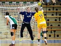 Julia Renner (VFL) mit einer Parade beim Siebenmeter gegen vorne Karolina Kudlacz (HCL)